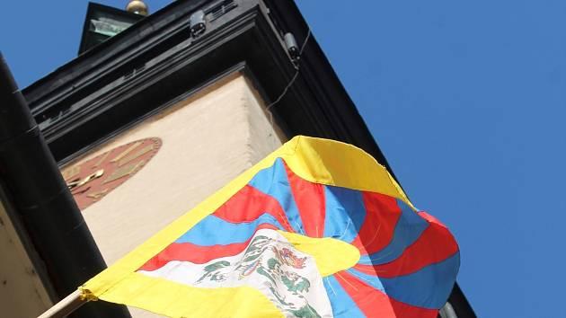 Vlajku Znojma, Evropské unie a České republiky nahradila 10. března vlajka Tibetu. Znojmo se tak po loňské absenci letos připojilo k akci Vlajka pro Tibet.