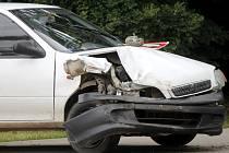 Na samém okraji vesnice, v křižovatce mezi Velkým Karlovem, Dyjákovicemi a silnicí do Šanova, se v úterý hodinu po poledni srazila dvě osobní auta.