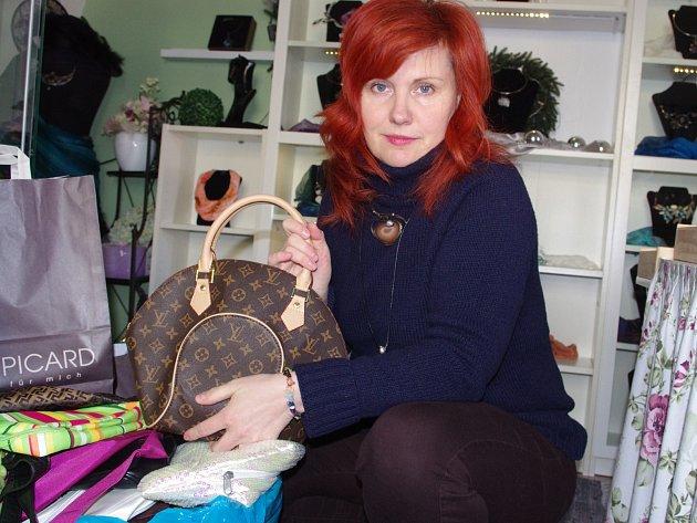 Iveta Hlobilová sbírá kabelky k dobročinnému prodeji na Velikonočních trzích.