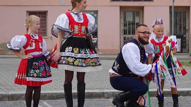 Tradiční krojované hody slavili o víkendu v Miroslavi. Hlavní slovo měla krojovaná chasa. Zvát na zábavu a zavádět přišlo přesd dvacet párů.