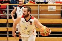 Basketbalisté TJ Znojmo (v bílých dresech) sehráli první listopadovou sobotu první domácí utkání nové sezony. Domá hostili celek Velkého Meziříčí.