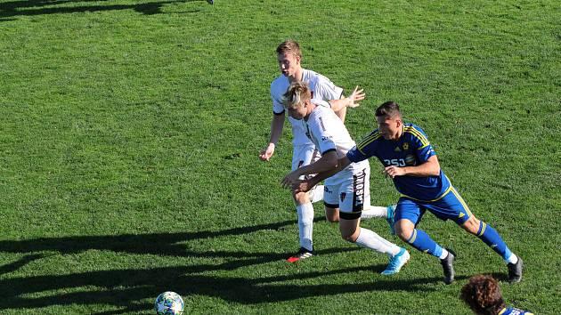 Tasovičtí fotbalisté (v bílém) v neděli remizovali s B-týmem Jihlavy 3:3. Utkání rozhodl až gól hostů z Vysočiny v nastavení.