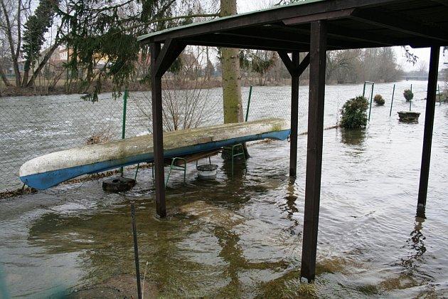 Velká voda zaplavila zahrádky u Dyje
