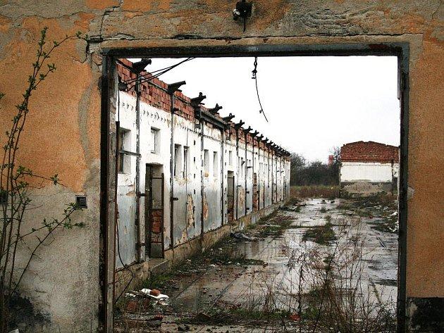 Areál bývalého školního statku ve Znojmě - Příměticích, dnes prostory pro průmyslovou zónu Krystal park.
