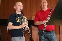 Učitel Karel Fojtík na hodině klarinetu se žákem druhého ročníku Karlem Neuwirthem.