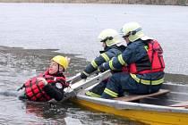 Moravskokrumlovští hasiči cvičili záchranu tonoucího, kterého neudržel příliš tenký led na rybníku.