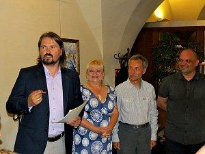 Akci moderoval Jiří Ludvík (první zleva). Jednu z cen přebírali zástupci DS Rotunda.
