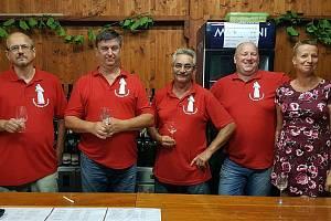 Vinaři z Damnic na Znojemsku jdou na prodej s humorem a přiznanou konspirací. Na důkaz prospěšnosti vína proti covidu se údajně spojili s vědci z francouzského Dijonu.