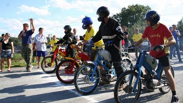 Pětice jezdců se chystá ke startu ve finálové jízdě do vrchu na svých mopedech značky Stadion.