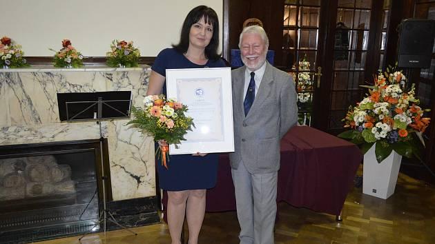 Ředitelka Střediska volného času Znojmo Hana Bílková převzala Cenu hejtmana Jihomoravského kraje za Společenskou odpovědnost. Její organizace získala druhé místo.