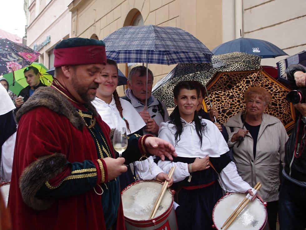 Tradiční Znojemské historické vinobrani ovládlo v pátek centrum města. K oblíbeným částem programu patří otevírání mázhausů.