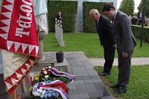 Sadmdesát let od konce druhé světové války si připomněli účastníci tradičního pietního aktu na znojemském ústředním hřbitově.