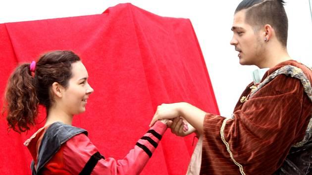 Hru s názvem O mnichově pomýlení sehráli studenti druhého ročníku Pedagogického lycea.