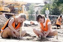 Výzkum archeologů na stavbě průtahu Hradištěm. Měli by se tam ještě vrátit.