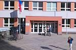 Úderem druhé páteční hodiny se otevřely volební místnosti také v základní škola ve znojemské Pražské ulici.