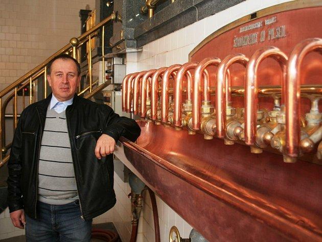 Manažer pivovaru Hostan Karel Čaněk u zařízení varny z roku 1930.