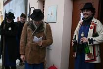 Zdeněk Čižmář (vlevo) zahajuje koledování u jednoho ze sklepů