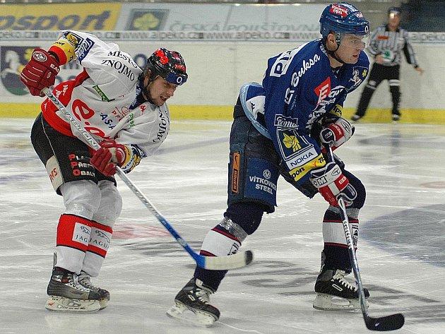 Karel Pláše v souboji s vítkovickým hokejistou Hubáčkem