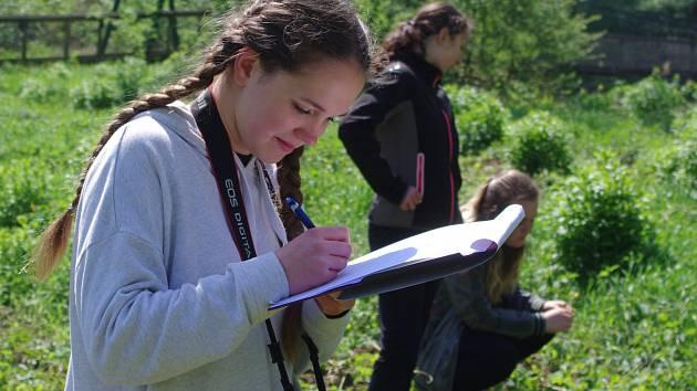 Žáci znojemské základní školy v Pražské ulici strávili středu v Národním parku u Hnanic a Podmolí. Poznávali přírodní zajímavosti i historii lokality Devíti mlýnů.