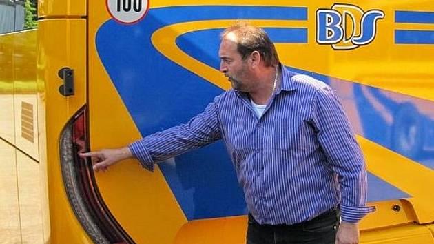Starosta Borotic Zdeněk Bobok, jednatel Břežanské dopravní společnosti, podporoval také činnost borotických hasičů.