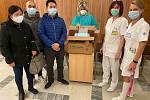 Zástupci vietnamské komunity přinesli stovky roušek pro zdravotníky do znojemské nemocnice.