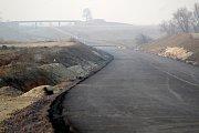 Trasa obchvatu odřízne stezku mezi sídlištěm Přímětice a vodní nádrží Hnědka, kterou někteří obyvatelé sídliště využívali jako zkratku do horní části města.
