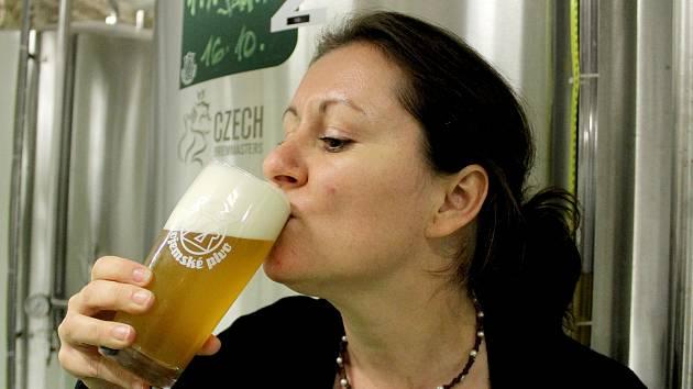 Speciální pivo Sauvign, které ve spolupráci s Výzkumným ústavem pivovarským a sladařským a vinařskou šlechtitelskou stanicí Ampelos uvařil Znojemský městský pivovar, ochutnala i manažerka pro výzkum pivovarského ústavu Dagmar Matoulková (na snímku).