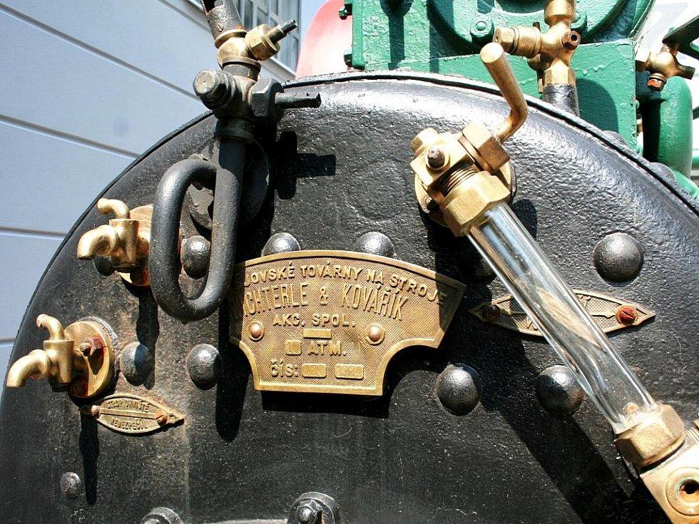 Jan Drozd opravuje pro své znojemské Muzeum motorismu staré stabilní motory.