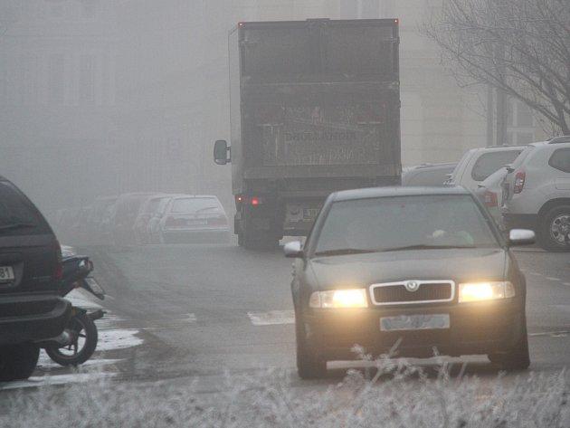 Páteční ráno přineslo ve Znojmě a v regionu mlhu, déšť a namrzající silnice i chodníky.