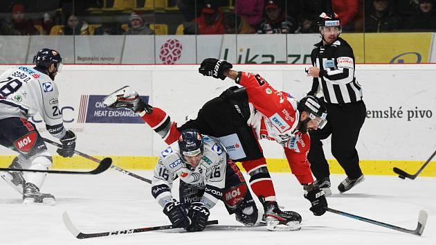 Znojemští hokejoví Orli podlehli poslední prosincovou sobotu na domácím ledě celku Fehérváru 3:4 až po samostatných nájezdech.