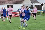 Fotbalisté Pavlic (v modrých dresech) podlehli v sobotu na domácí půdě v přátelském klání Práčím 3:4