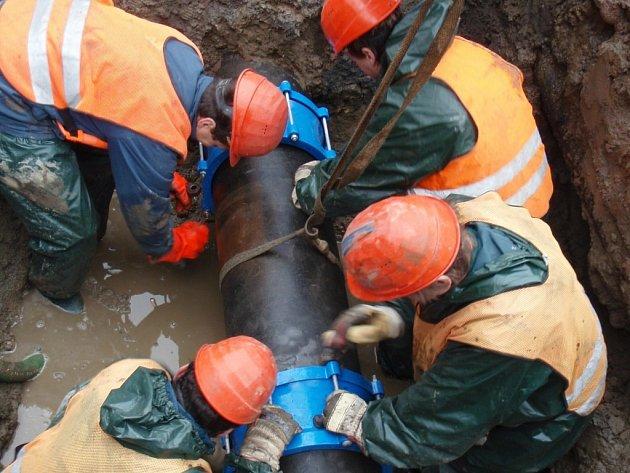 Prasklo hlavní vodovodní potrubí, půl města mohlo být bez vody
