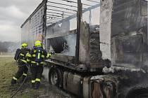 Na silnici I/38 shořel u znojemských Mramotic kamion. Při požáru se zranil řidič.