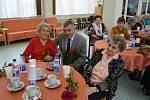 Nejstarší obyvatelé Znojma slavili svá letošní jubilea společně. Za zpěvu dětí.