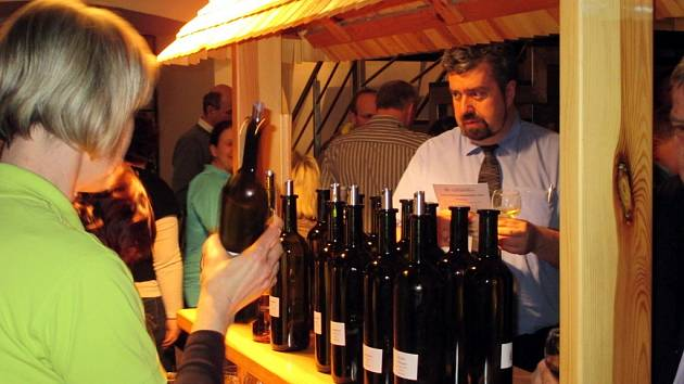 Pro slámová vína je typický vysoký zbytek přírodního cukru, obvykle nižší obsah alkoholu a vysoká extraktivnost. Náročnost a rizikovost výroby se odráží ve výsledné ceně slámových vín.