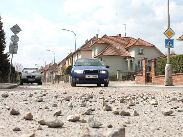 NEBEZPEČÍ U PŘECHODU. Více než měsíc od chvíle, kdy dělníci zasypali vybagrovanou silnici v ulici Legionářská ve Znojmě, není povrch vozovky v původním stavu.