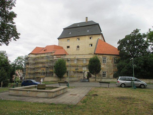 Řadu let chátrající zámek v Miroslavi je konečně pod lešením.