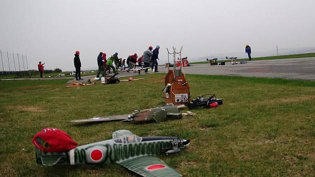 V Hlubokých Mašůvkách se sešli letečtí modeláři. Sezonu uzavřeli vzdušnými boji modelů stíhaček z druhé světové války.
