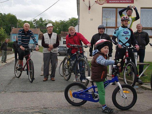 Na nový úsek cyklotrasy vyrazili malí i větší cyklisté.