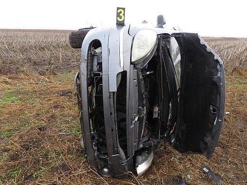 Nedělní dopoledne nedopadlo dobře pro řidičku, která se svým autem projížděla mezi vesnicemi Břežany a Litobratřice.