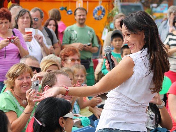 Heidi Janků roztleskala a rozezpívala na závěr Dne sociálních služeb celé Horní náměstí ve Znojmě.