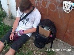 Znojemští strážníci v sobotu dopadli po honičce mladíka, kterého podezírají ze sprejerství.