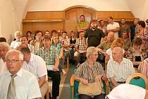 Desítky obyvatel Znojma si do stísněného prostoru vymezeného proé veřejnost přišly poslechnout, jak zastupitelé rozhodnou o prodeji části městských bytů.