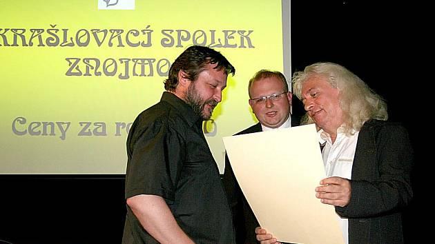 Vedení spolku předává cenu Ivo Bílkovi.