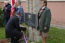 Asi tři desítky lidí se v úterý ráno sešli na krátké vpozmínce u příležitosti šestadevadesátého výročí vzniku první Československé republiky. Představitelé města položili kytice k památníku na náměstí Republiky.