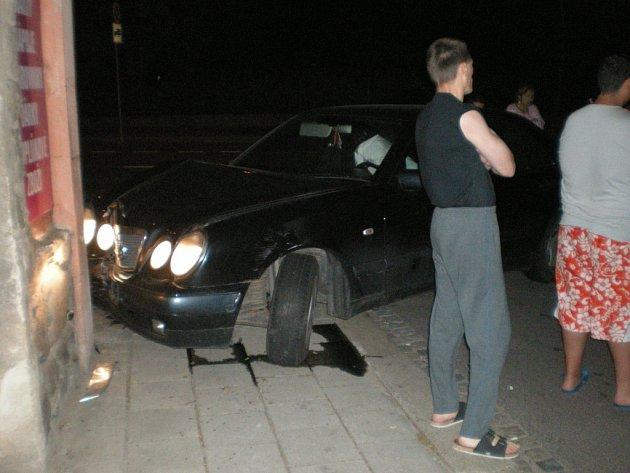 Strážnici zastavili opilého otce a syna bez řidičáku