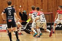 Florbalisté prvoligového Znojma (bíločervení) podlehli doma v sobotu týmu Sokola Jaroměř 6:7 v prodloužení.