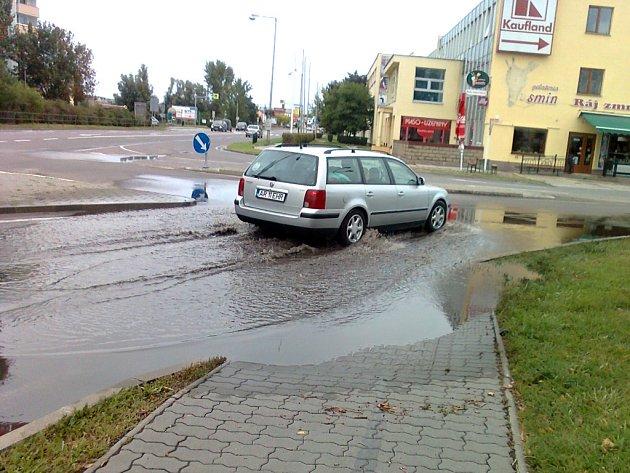 Kvůli vydatnému dešti o uplynulém víkendu se na konci Dukelské ulice vylila voda z kanalizace.