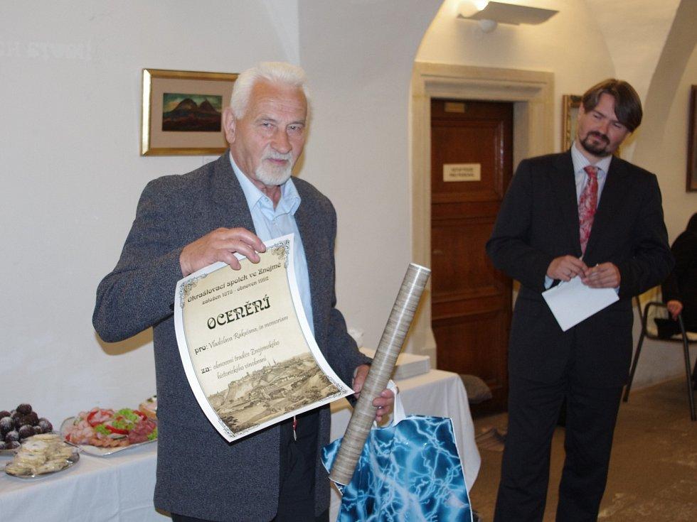 Znojemský okrašlovací spolek předal podesáté svá ocenění. Jiří Beránek symbolicky převzal ocenění udělené in memoriam letos zesnulému Vladislavu Rakušanovi.