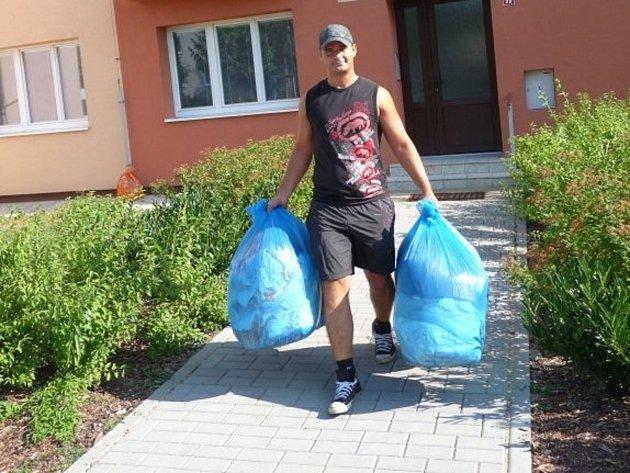 Obyvatelé Znojma darovali tři a půl tuny šatů, obuvi a hraček. Pro dobročinné účely.